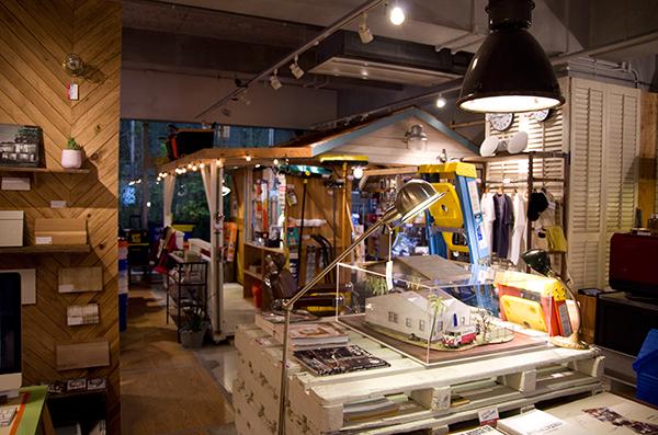 一見サーフショップのように見えるカリフォルニア工務店の店内には、アメリカのホームセンターに置かれているような工具や日用品が並ぶ