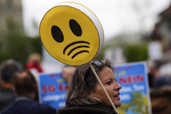 去る5月にスイスの首都ベルンで生じた反5Gデモに参加する女性