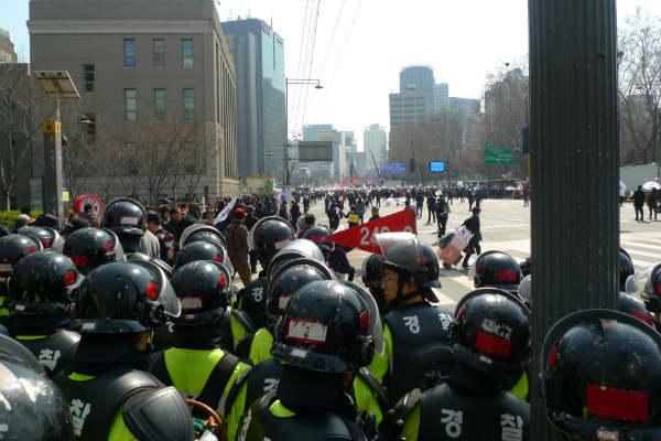 ソウル市庁舎横で親朴派の集会を見守る機動隊(写真=筆者)