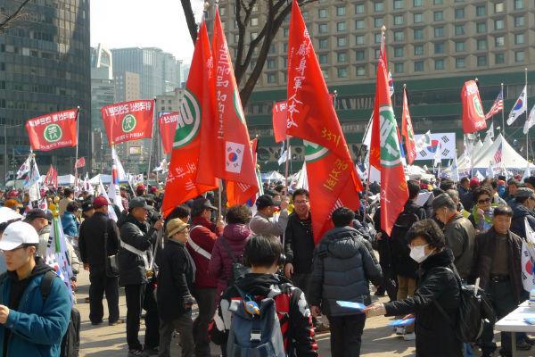 ソウル市庁前広場で憲法裁判所の決定に納得できない親朴派 (写真=筆者)
