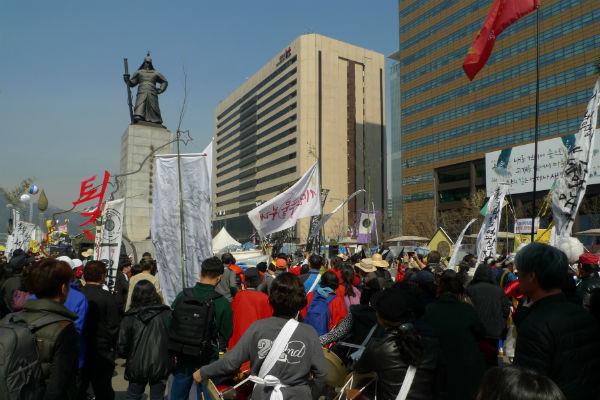 光化門広場で罷免の決定に湧く(反朴の)市民たち (写真=筆者)