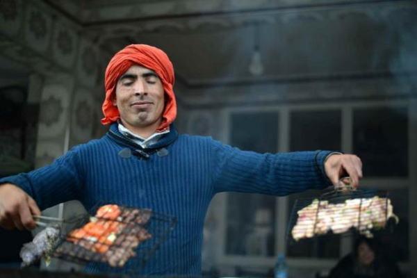 モロッコの昼飯。肉屋で肉を買い、直営の焼き場で焼いてもらいます。素材の旨みだけで勝負した焼肉。癖になる味です。(写真=The 21 online)