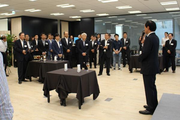記念パーティーであいさつする佐藤みずほFG社長