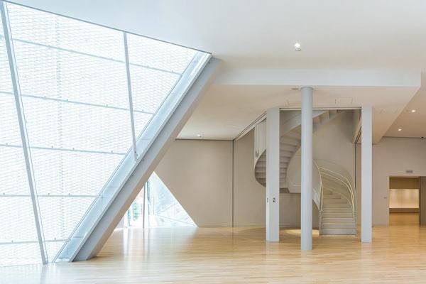 (上の写真)3階の館内風景。ホワイエの窓からはスカイツリーが見えます。(写真=プレミアムジャパン)