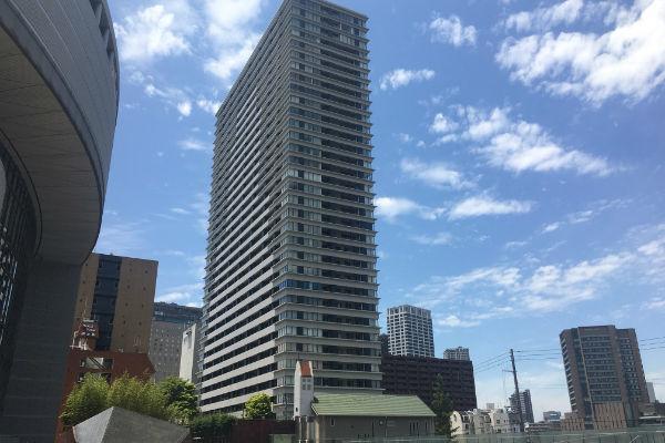 大阪市北区中之島に建設されたタワーマンション。市中心部はタワーマンションの急増で児童数の急増が見込まれている(写真=筆者)