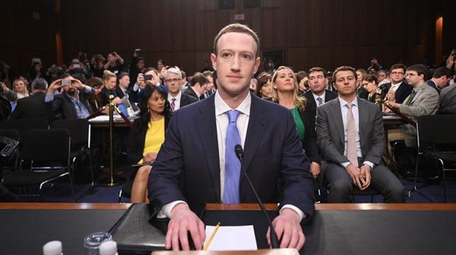 2018年4月10日の米連邦議会上院における公聴会に出席する マーク・ザッカーバーグ創業者CEO兼会長